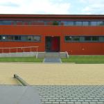 Sporthalle Grundschulzentrum Sielow Vordereingang Pausenhof-Perspektive