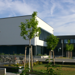 Max-Steenbeck-Gymnasium Pausenhof mit Aula