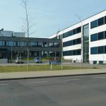 Max-Steenbeck-Gymnasium Eingangsbereich mit Parkplatz